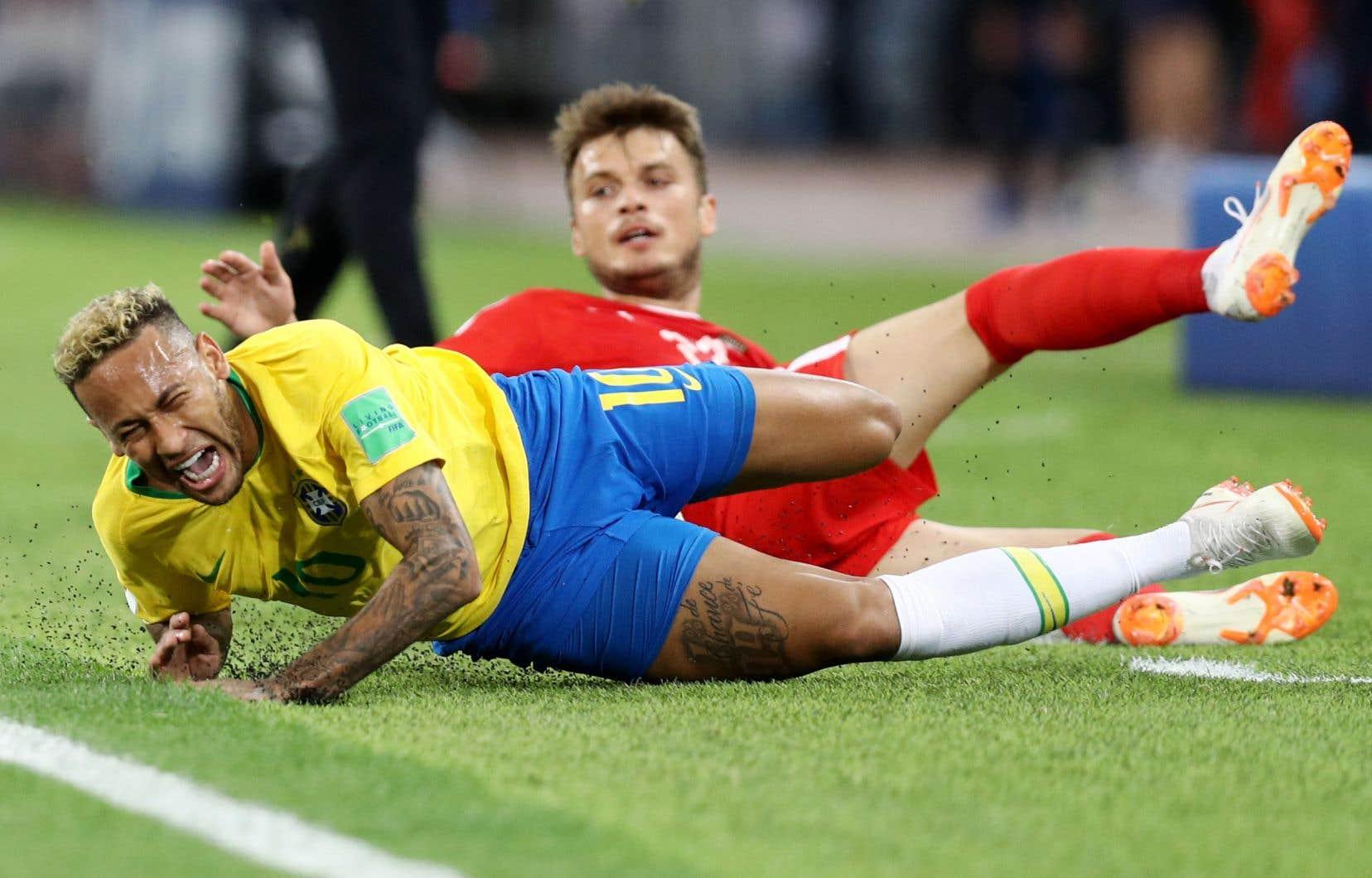 La vedette brésilienne Neymar a enfilé plusieurs roulades en grimaçant après un contact avec un joueur serbe, le 27 juin.