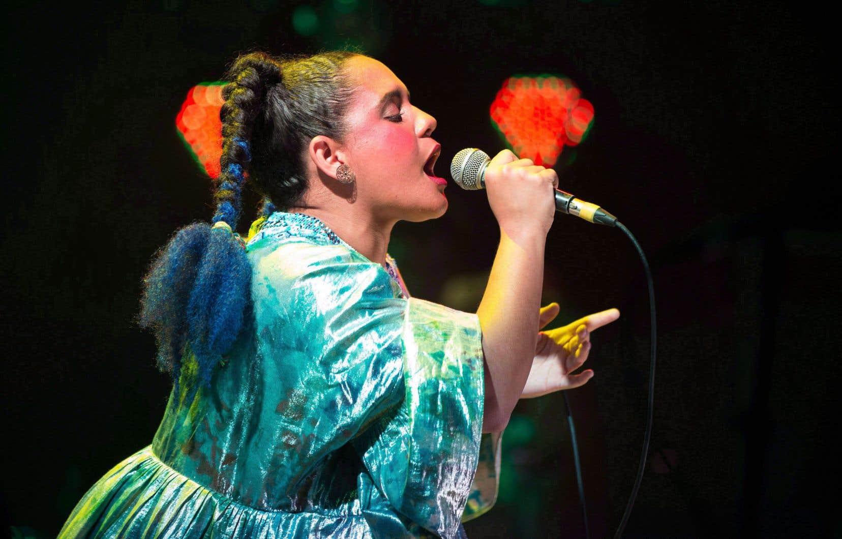La chanteuse Lido Pimienta offre une musique électronique plongeant la pop synthétique dans la musique afro-colombienne, le tout chanté en espagnol.