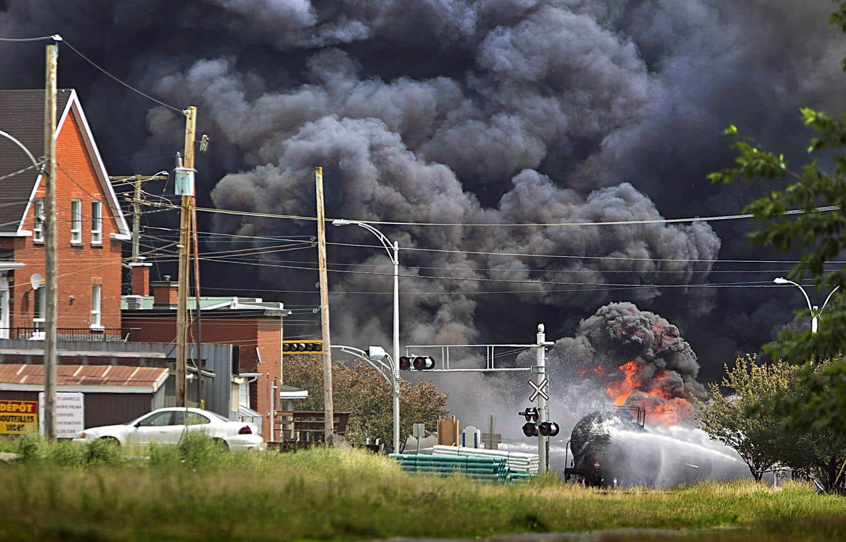 Le 6juillet 2013, un train fantôme gorgé de pétrole dévale à toute vitesse la pente menant au centre-ville de Lac-Mégantic. Dans une succession d'explosions causées par le déraillement du train, 47 vies s'envolent.