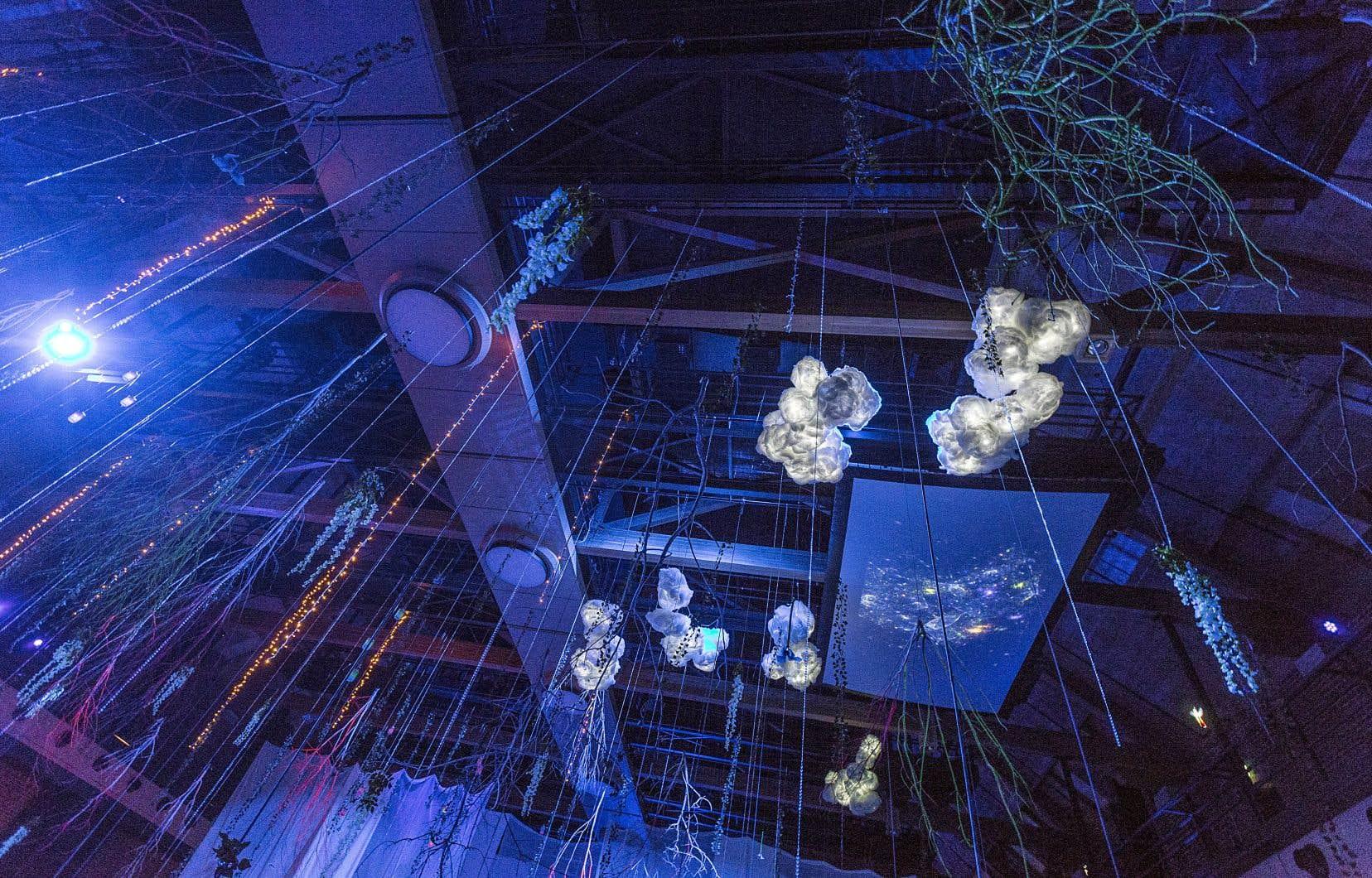 L'évènement «Manège la nuit» utilise pleinement les hauteurs et le volume intérieur exceptionnel duManège militaire de Québec.