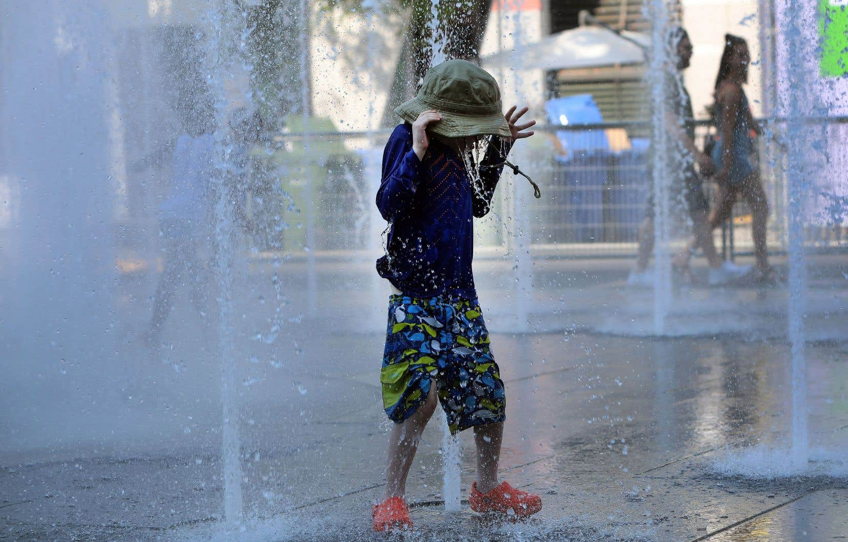 Jeux d'eau, jeux d'enfants à la place des Festivals de Montréal