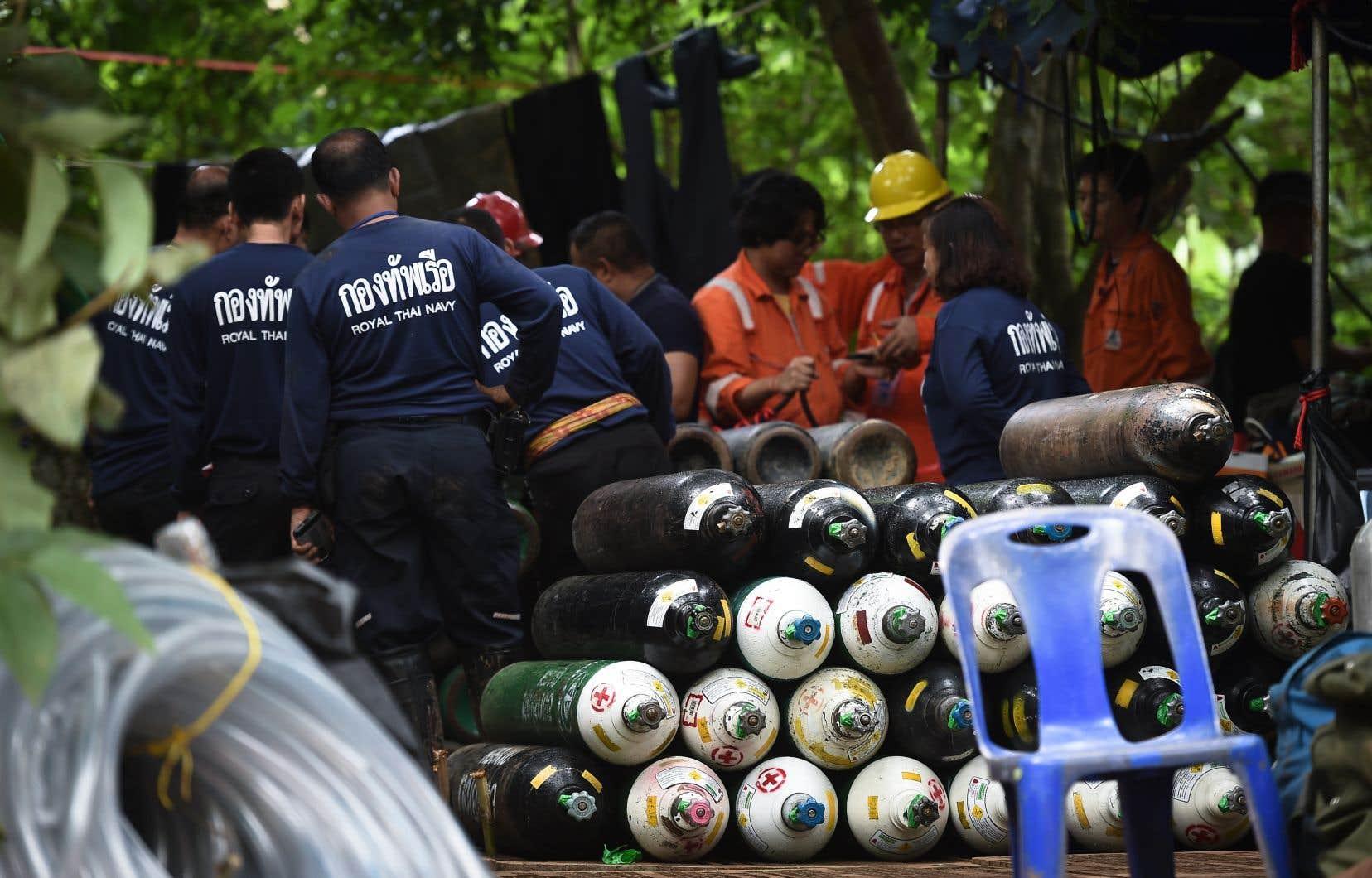 La mort du secouriste soulève maintes questions sur la faisabilité d'une extraction sans risque du groupe des entrailles gorgées d'eau de la grotte de Tham Luang.