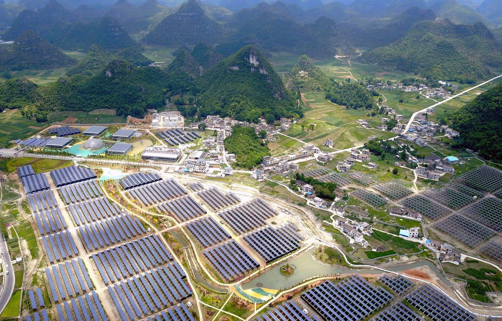 Des serres portant des panneaux solaires sur leurs toits, dans un village de la province de Guizhou. Depuis 2014, la Chine a réorienté son économie et ses modes de consommation vers les énergies non fossiles.