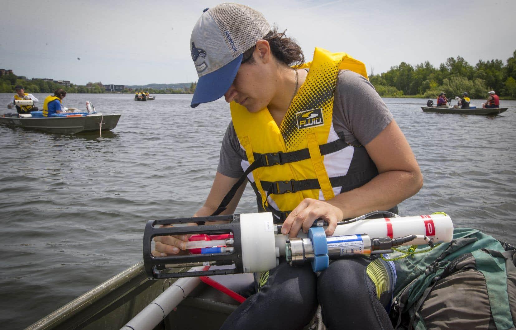 À l'aide d'un multimètre, Erika mesure la conductivité de l'eau, de même que le niveau de pH, d'oxygène et de chlorophylle.