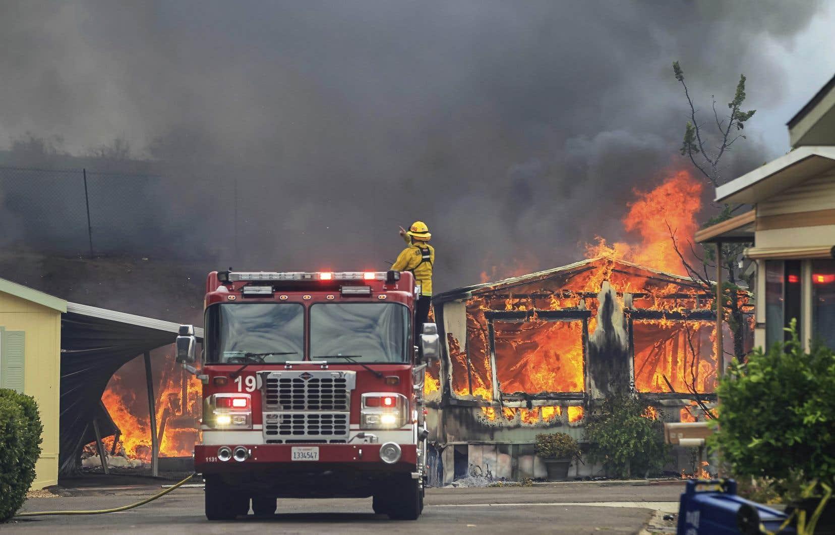 Les flammes ont traversé la communauté d'Alpine, à 32 kilomètres à l'est de San Diego.