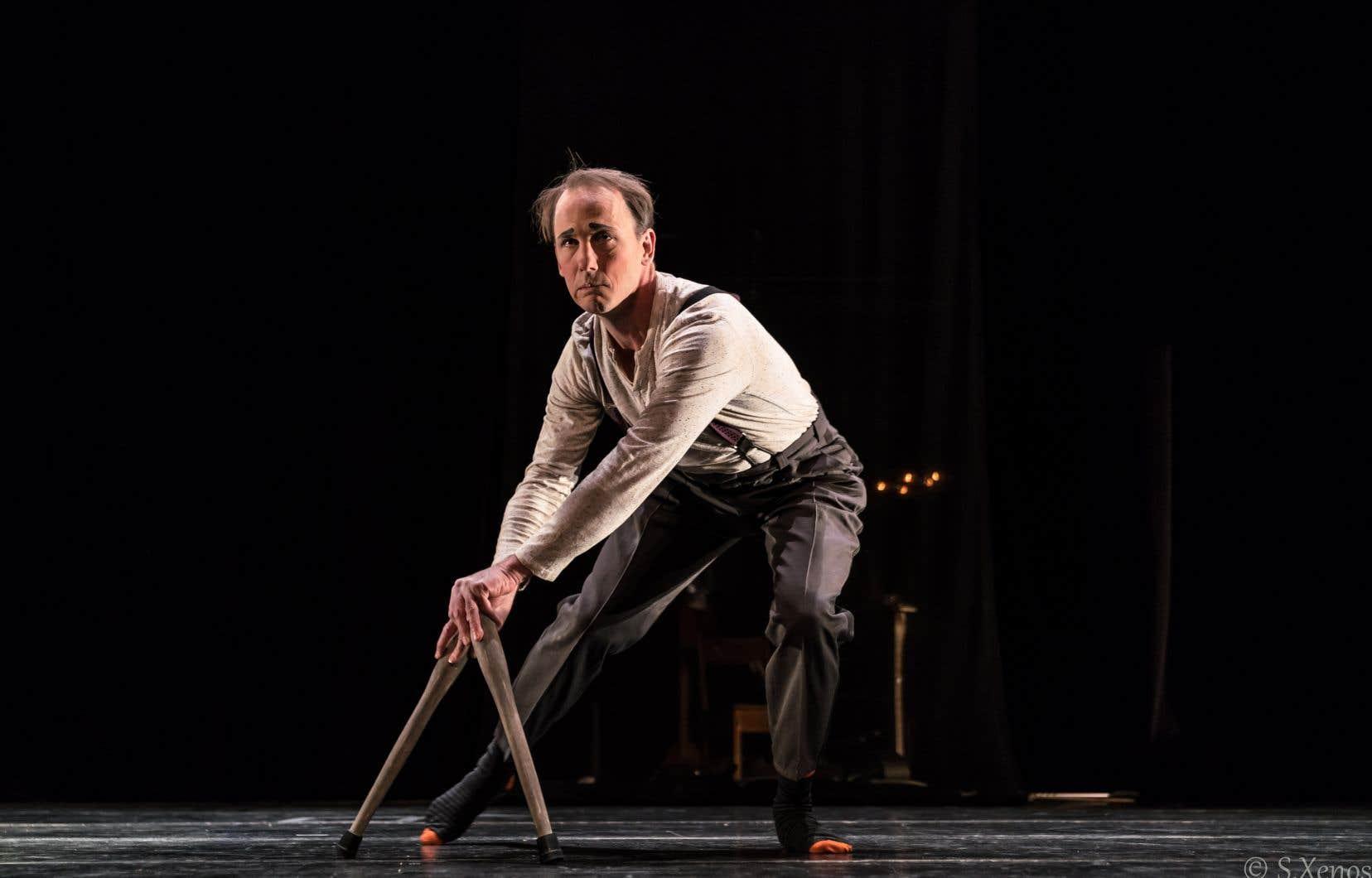 Adkins apparaît en complet pour jongler avec des balles, enfiler une série de caleçons en un seul saut, traverser la scène au sommet d'une échelle, accompagné par les percussions et les bruits fabriqués par sa complice.