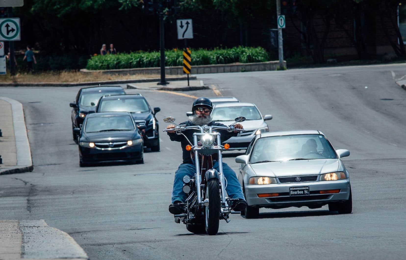 Au Québec, la limite de son permise est de 100 décibels, pour les voitures comme pour les motos.