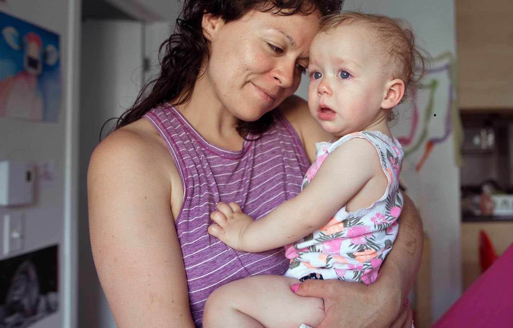 Alanie se bat pour conserver la garde de sa petite Léa, 18 mois, aux côtés du père de son enfant, avec qui la relation demeure fragile.