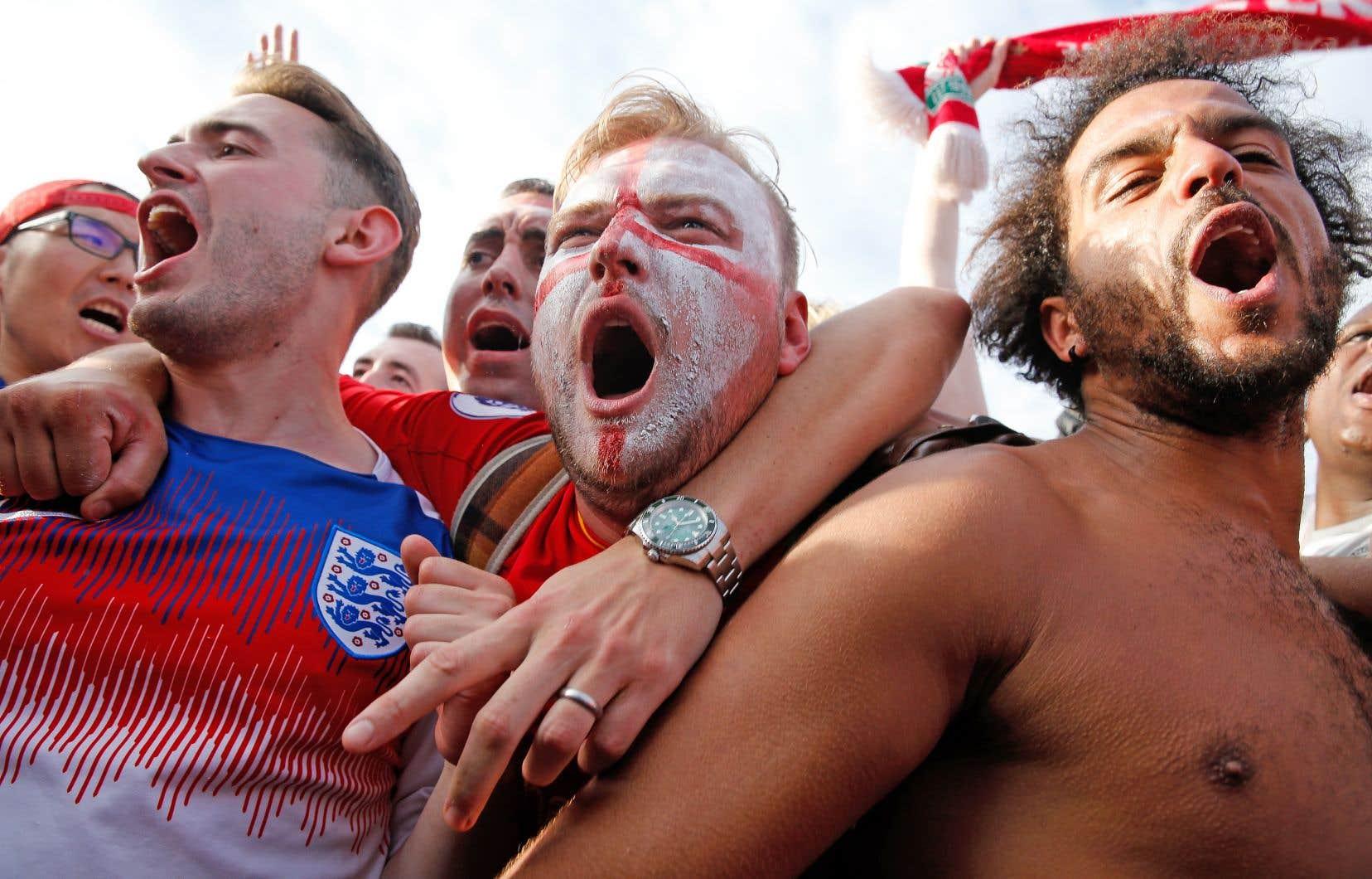 Des partisans anglais célèbrent la victoire des Three Lions après le match contre la Suède à la Coupe du monde de soccer, en Russie.
