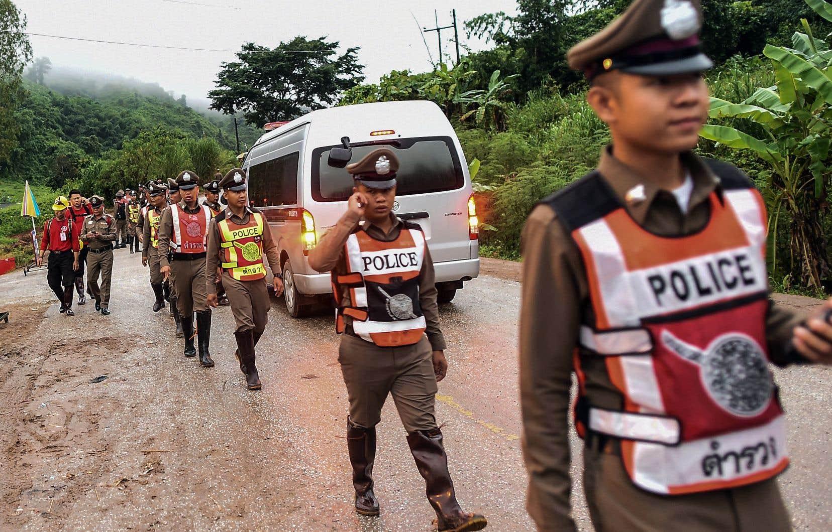 La police thaïlandaise barre la route d'accès à la grotte où sont encore retenus cinq adolescents.