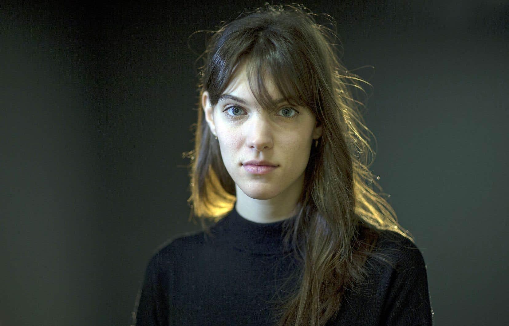Charlotte Cardin roule sa bosse avec en poche deux mini-albums sur lesquels elle livre une chansonpop et électro, mélancolique et touchante.