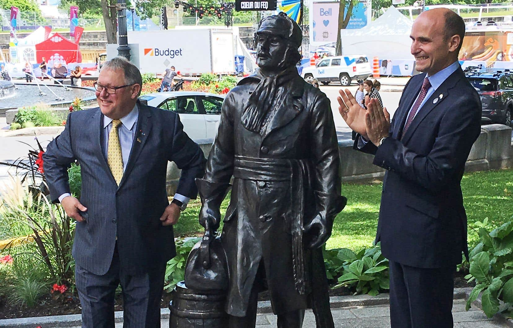 Le président de l'Assemblée nationale, Jacques Chagnon, et le ministre fédéral de la Famille, Jean-Yves Duclos, ont dévoilé le monument, près de la fontaine de Tourny, vendredi à Québec.