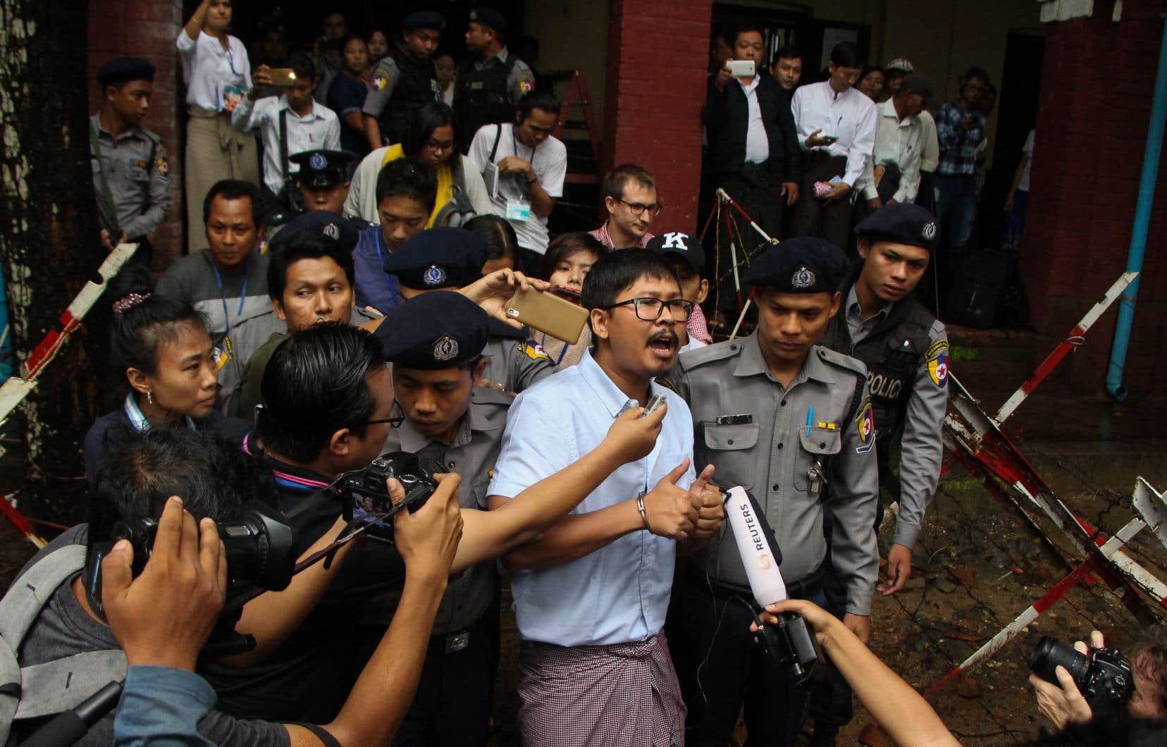 Menotté, le journaliste Wa Lone s'adresse à la presse devant le tribunal.