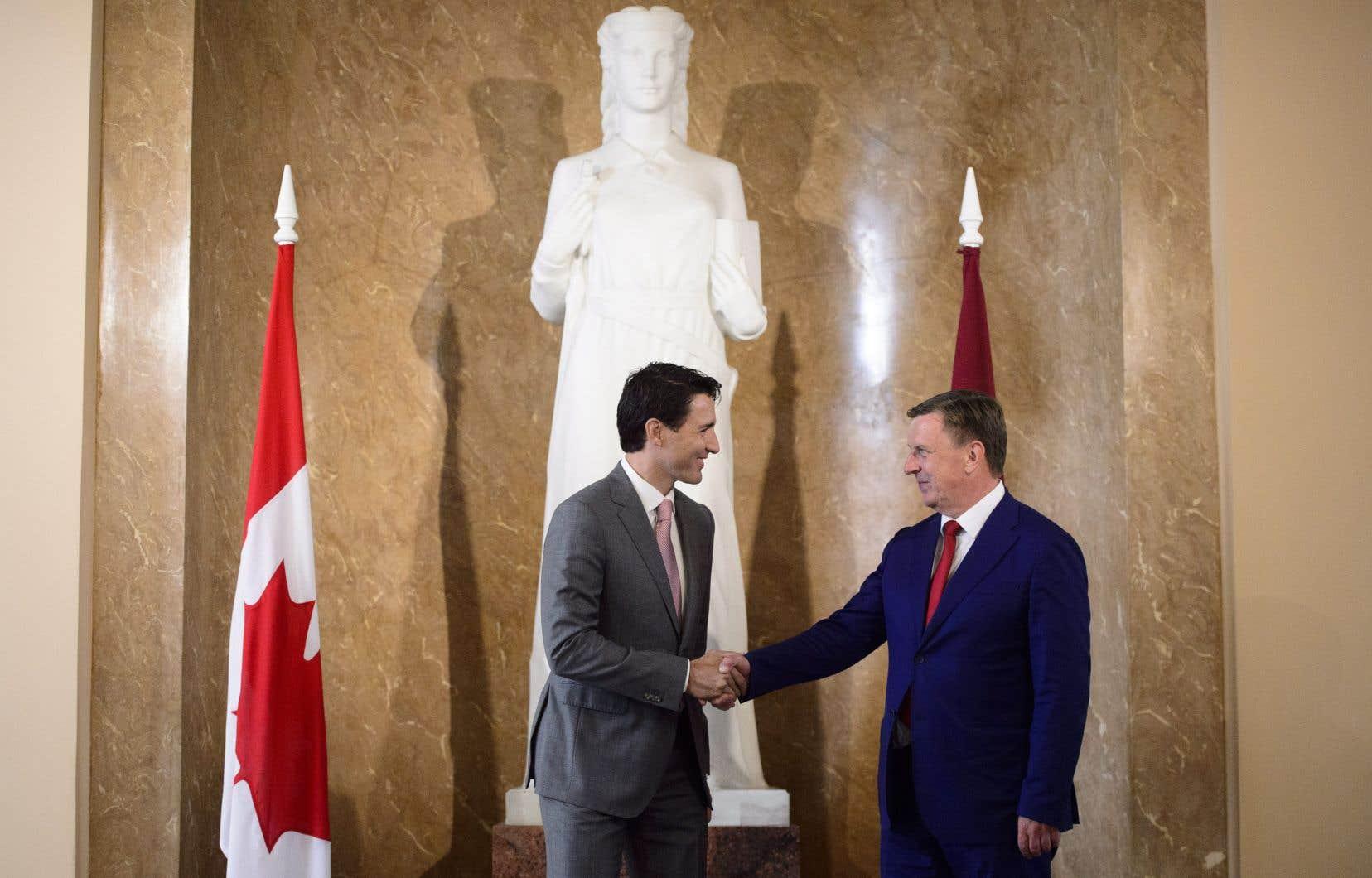 Le premier ministre Trudeau a fait ces annonces mardi à Riga après sa rencontre avec son homologue letton Maris Kucinskis.