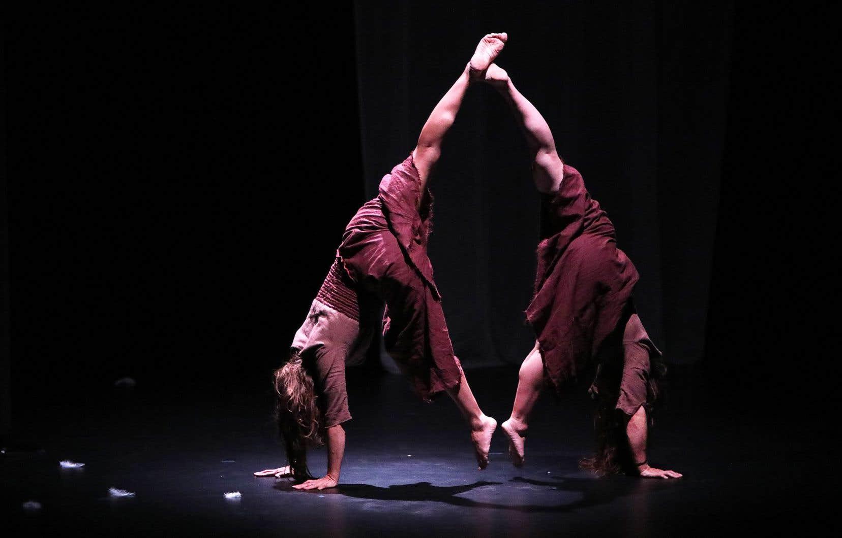 Mi-théâtral mi-cirque, <em>Sisters</em>navigue aux frontières de l'espace-temps, oscillant entre rêve et conscience.
