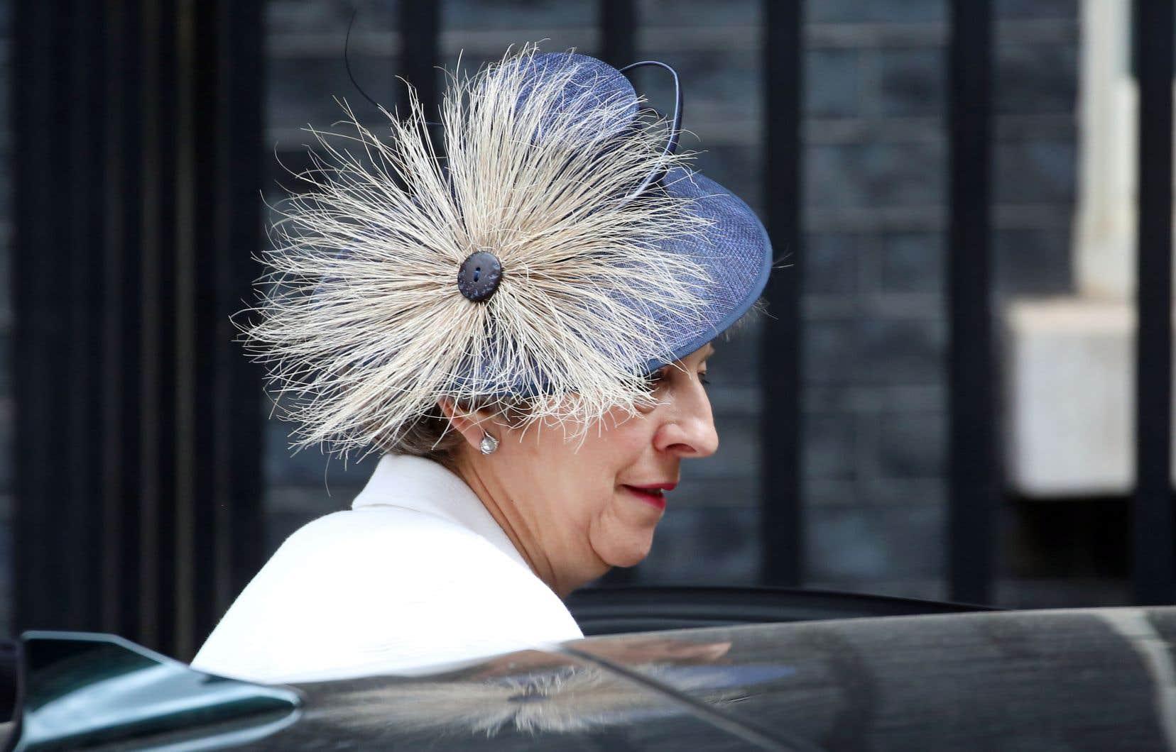 La première ministre Theresa May à la sortie d'une réunion « productive » de son Conseil des ministres, lundi. Elle présentera la semaine prochaine son projet pour sortir la Grande-Bretagne de l'Union européenne.