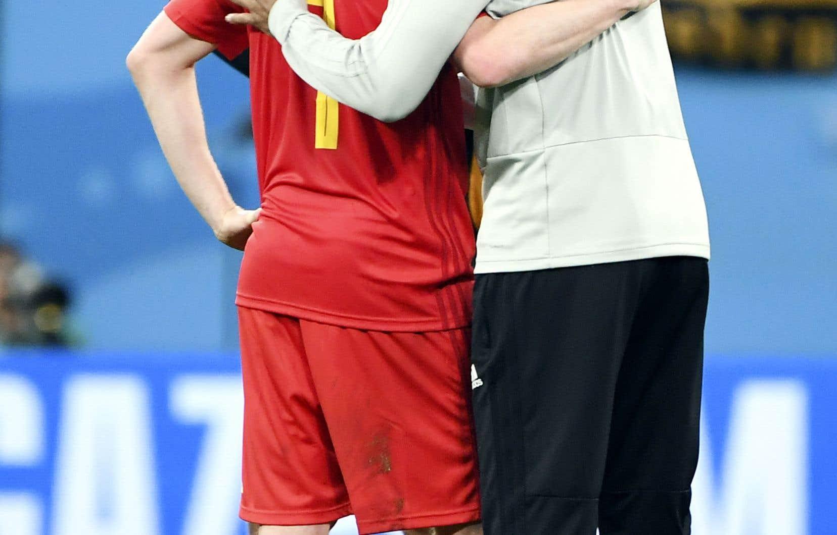 L'entraîneur adjoint Thierry Henry a consolé Kevin De Bruyne après la défaite contre la France mardi.