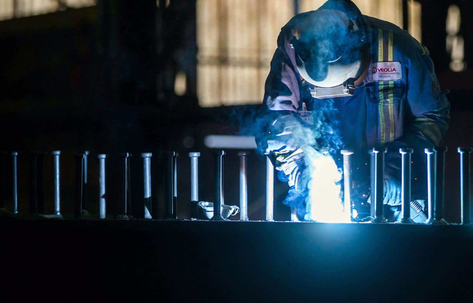 Un travailleur de l'acier photographié en mars dernier à l'usine George Third Son Steel Fabricators and Erectors, à Burnaby, en Colombie-Britannique