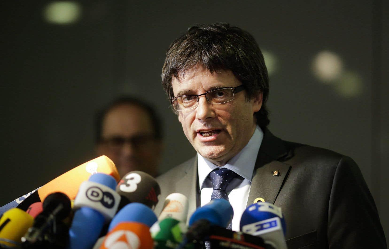 L'ex-président de la Catalogne destitué par Madrid reste libre dans l'intervalle.
