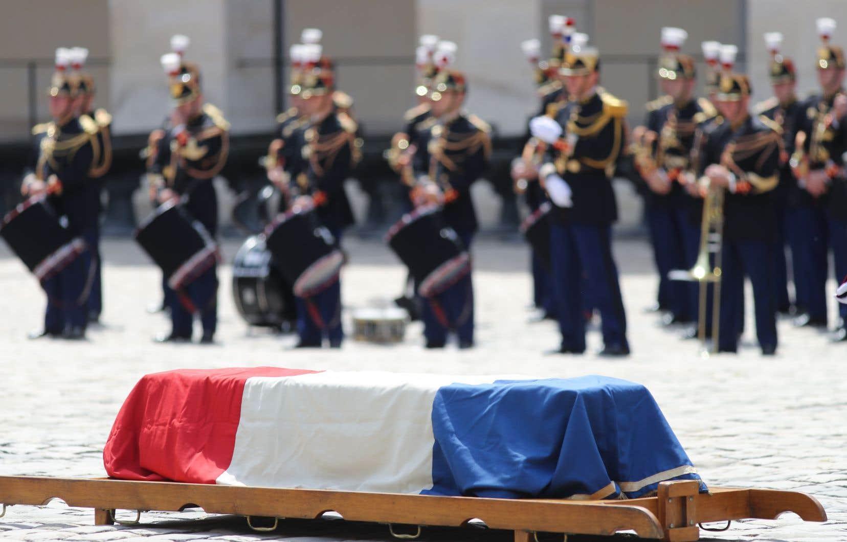 Le cercueil de Claude Lanzmann, recouvert du drapeau bleu-blanc-rouge, a été déposédans la cour des Invalidesen présence de la garde républicaine lors de l'éloge funèbre, à Paris.