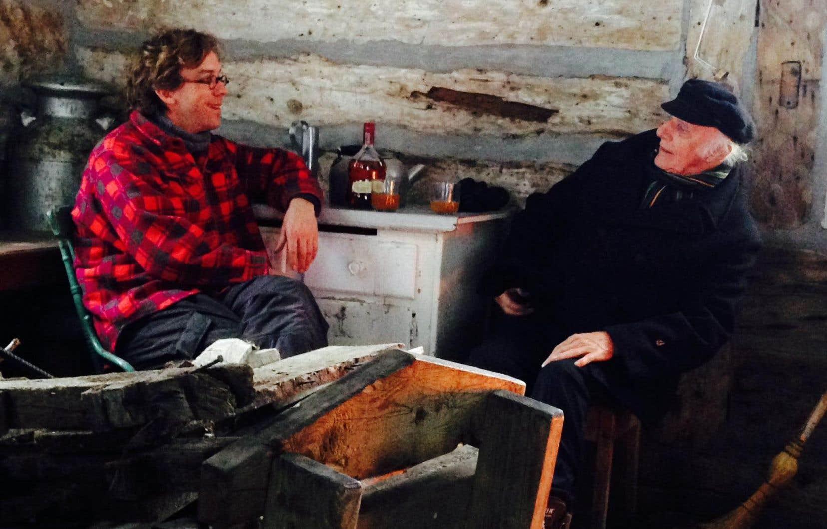Fred Pellerin en compagnie de Gilles Vigneault dans une scène du documentaire «Le goût d'un pays»: «Vigneault dit qu'il faut nommer les gens!»