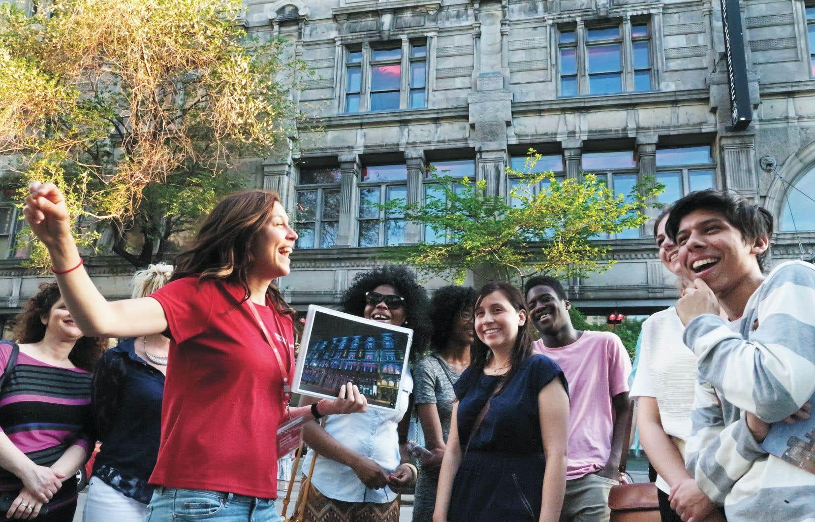 Sur le boulevard Saint-Laurent, la guide Catherine Messier s'arrête devant le Monument-National, figure emblématique de la culture francophone montréalaise. En plus d'une salle de spectacle, la bâtisse abrite aujourd'hui l'École nationale de théâtre. La nuit tombée, sa devanture revêt des atours lumineux.