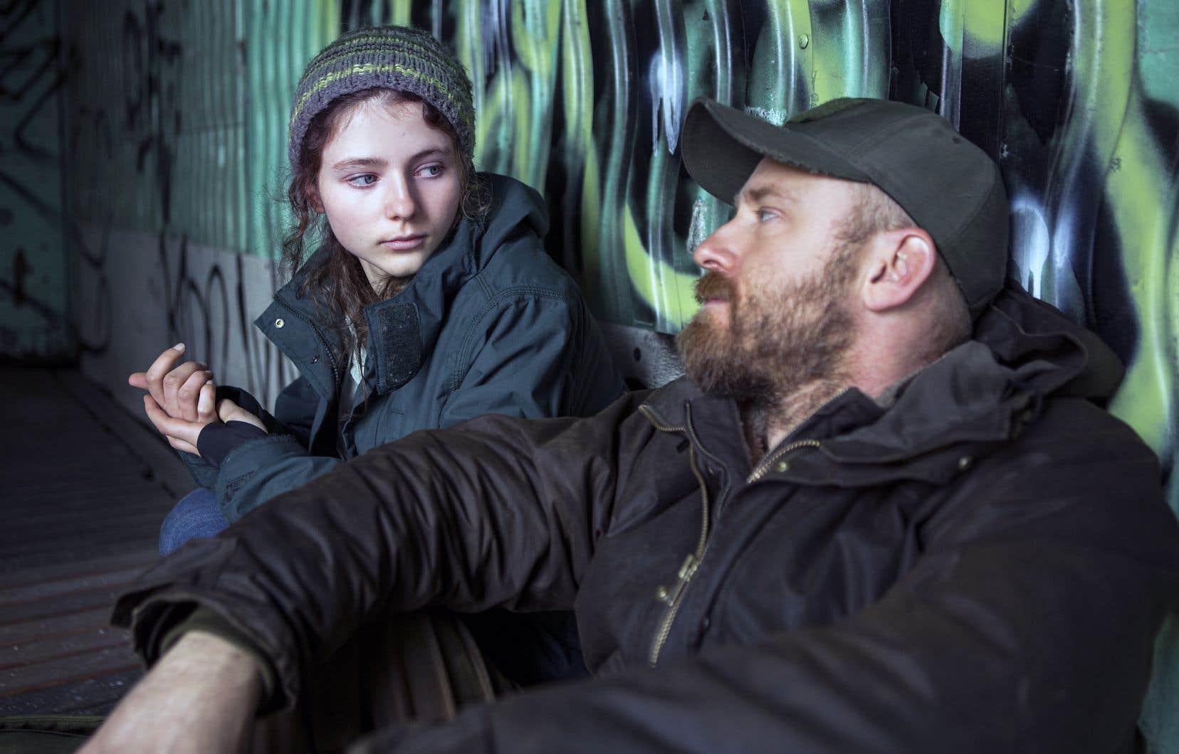 Lorsque le film commence, on découvre le père et la fille vaquant à leurs occupations routinières, celles-ci réglées comme du papier à musique. Peu de mots passent entre eux, mais lorsque des paroles sont formulées, elles émanent généralement de Tom, curieuse, en éveil.