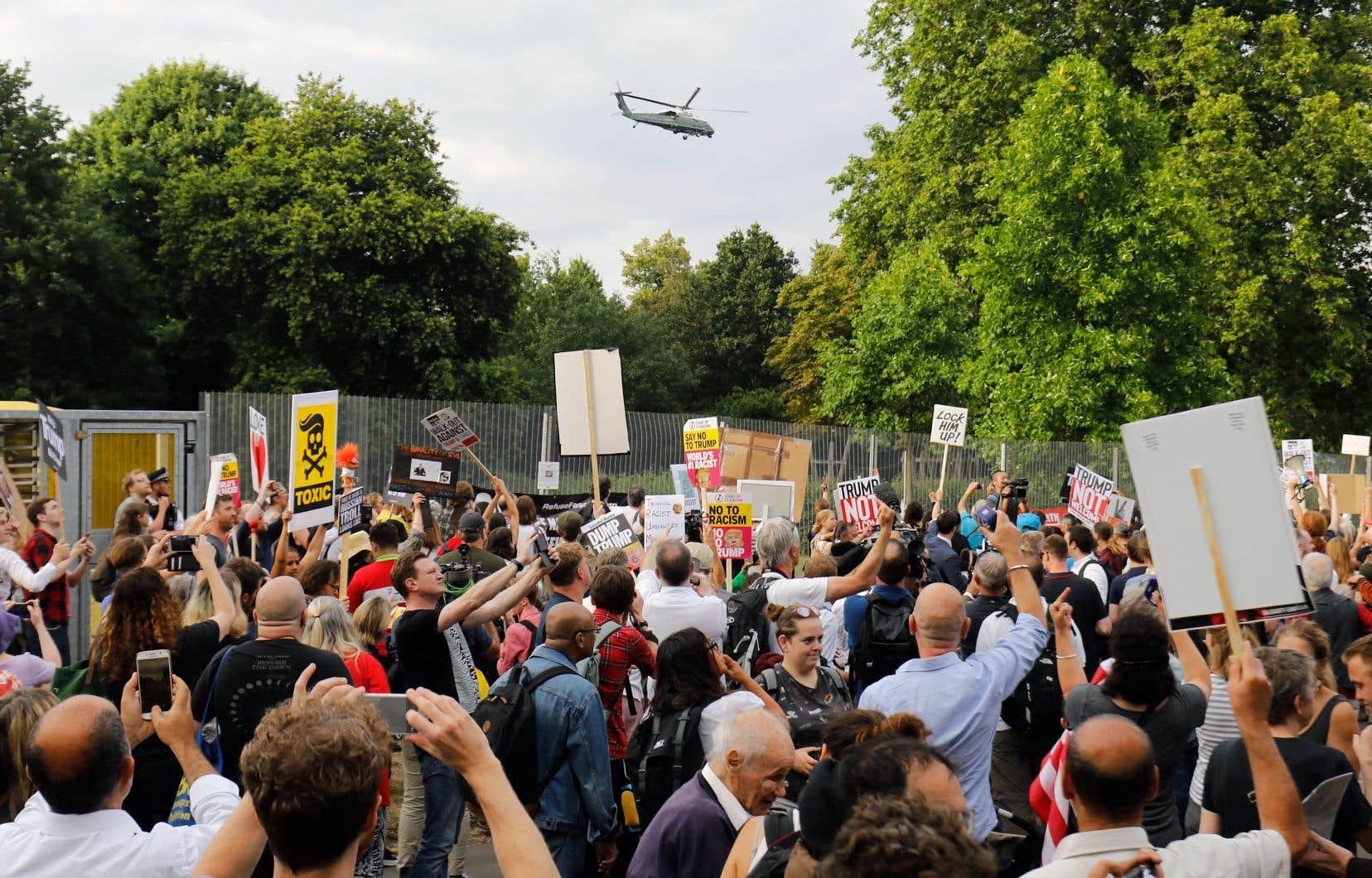 Les manifestants ont hué à pleins poumons quand l'hélicoptère dans lequel se trouvait le président américain a décollé de Londres.