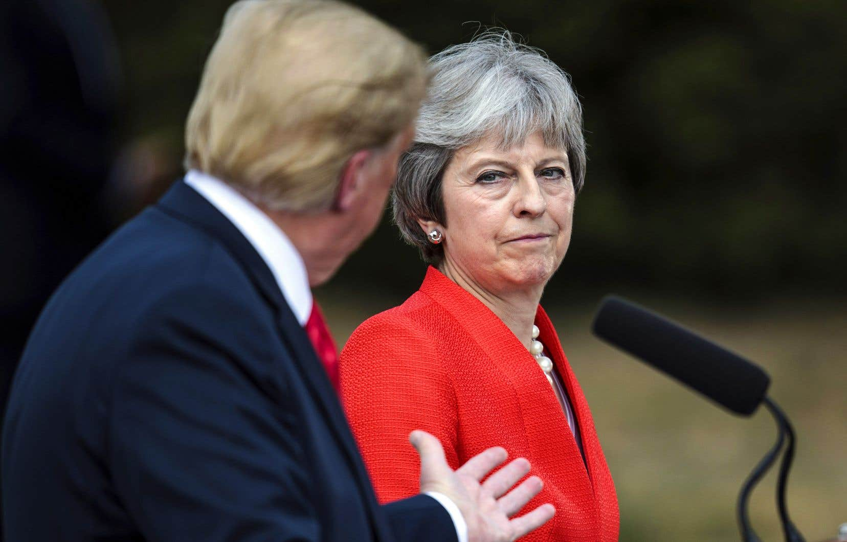 À travers le bruit des manifestations anti-Trump, le président des États-Unis a fait de la gymnastique diplomatique vendredi en rencontrant la première ministre Theresa May et la reine Elizabeth II en Angleterre.