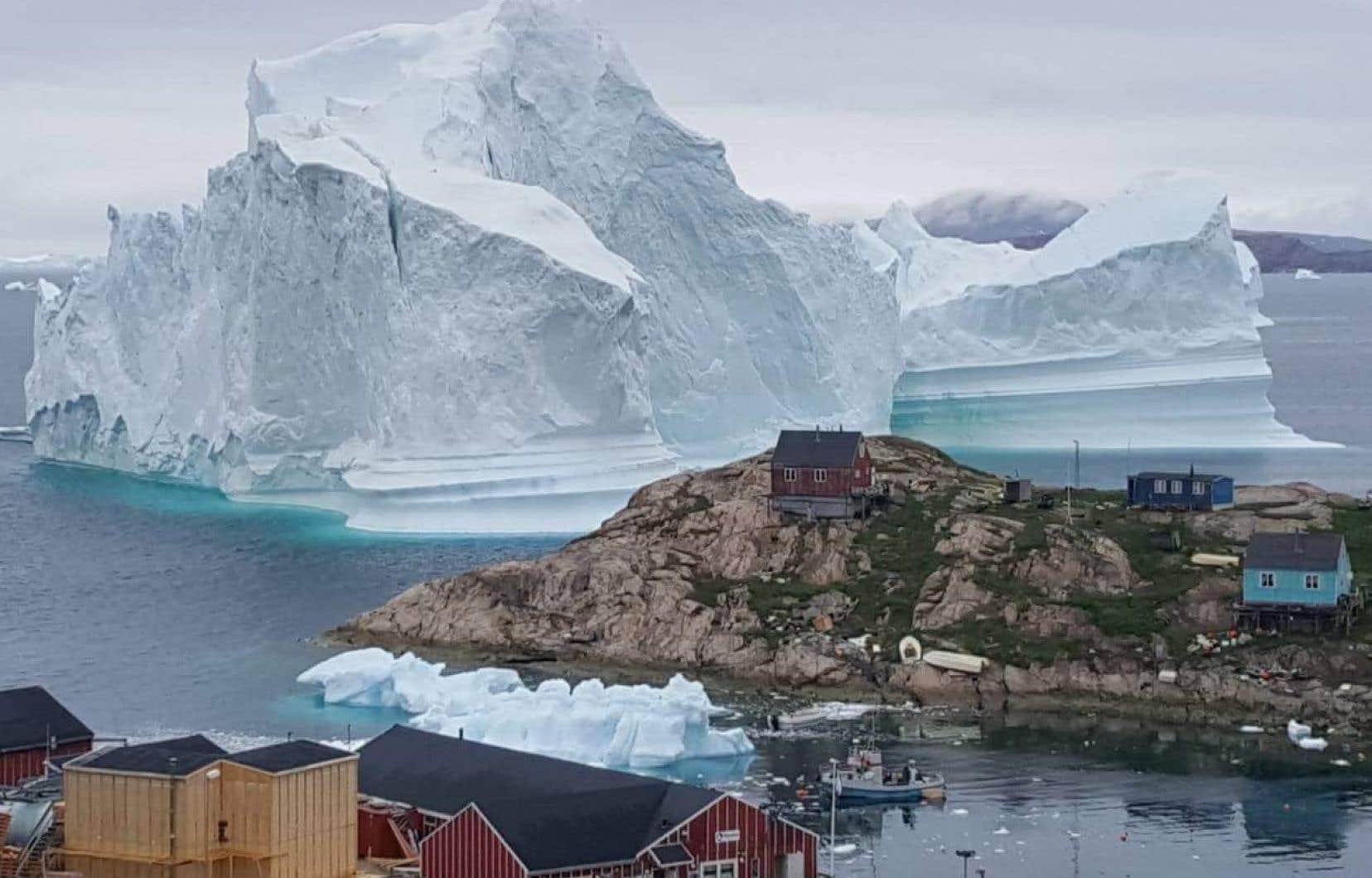 La police groenlandaise a exhorté les habitants de l'île d'Innarsuit dont les maisons sont situées sur la côte à s'en éloigner par crainte de submersion si le bloc de glace venait à se rompre.