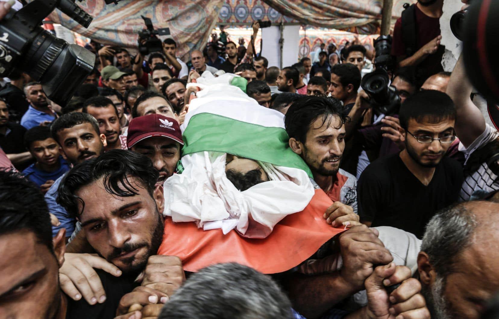 Des milliers de Palestiniens ont assisté dimanche aux funérailles des deux adolescents tués la veille.