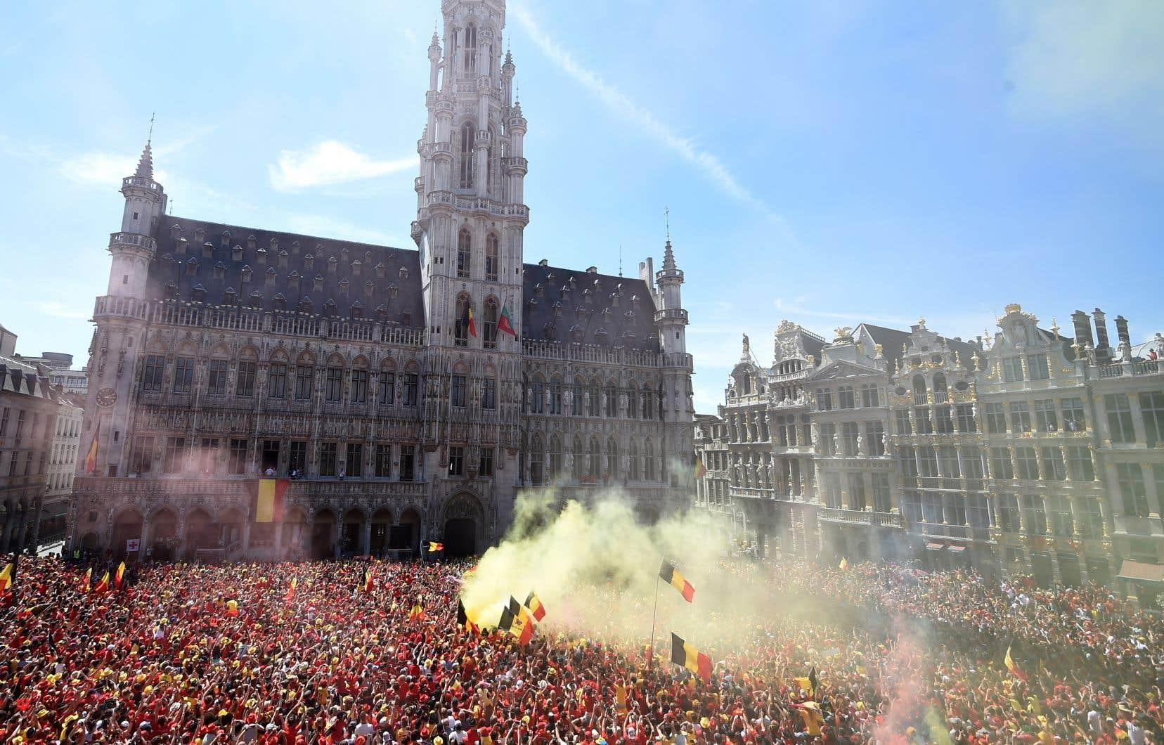 La Grande-Place de Bruxelles était noir, jaune et rouge dimanche, alors que plusieurs dizaines de milliers de partisans de l'équipe nationale belge ont fêté le retour des Diables rouges.