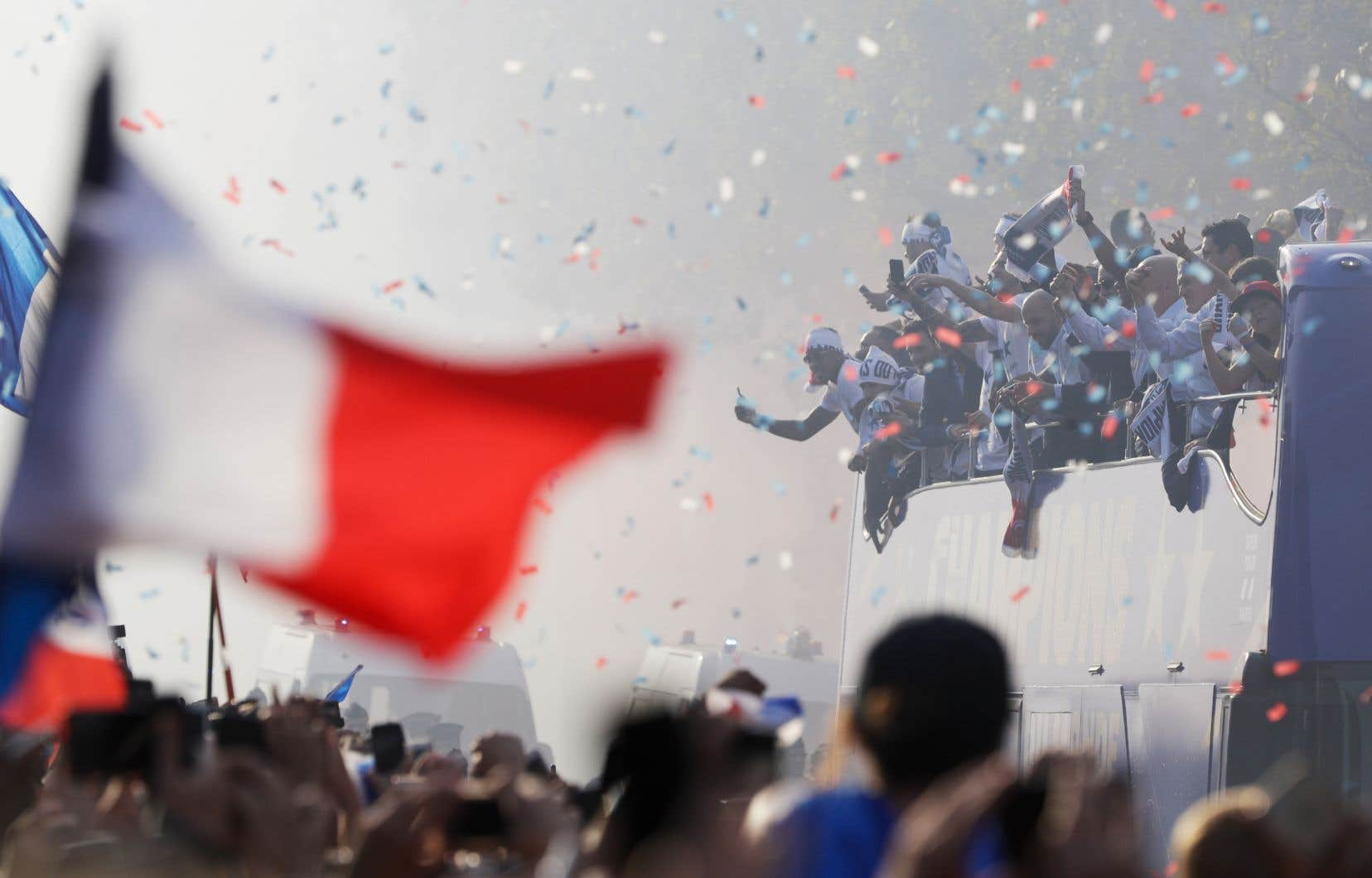 Les membres de l'équipe française, championne de la Coupe du monde de soccer, ont descendu les Champs-Élysées, lundi, à Paris, à bord d'un autobus à impériale sous les acclamations de joie de plus de 300000 personnes.
