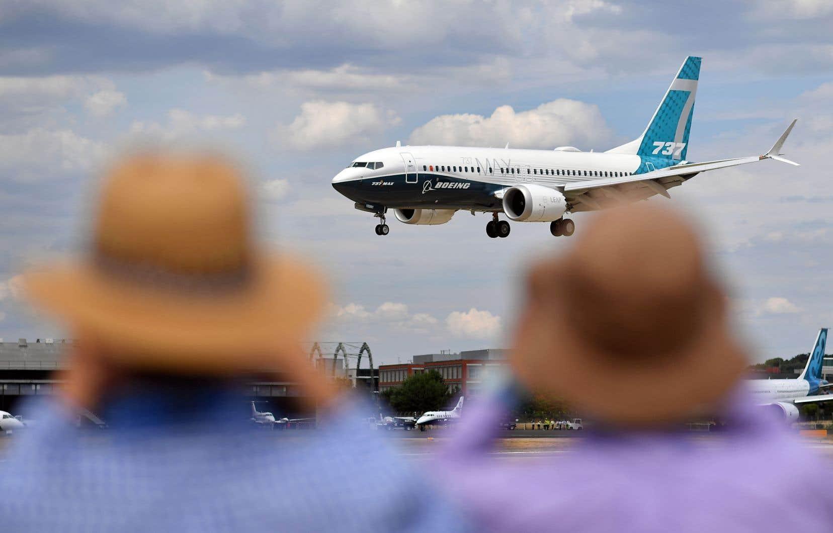 Un Boeing 737 Max atterrit après un spectacle aérien, lundi, lors du Salon aéronautique de Farnborough, dans le sud-ouest de Londres.