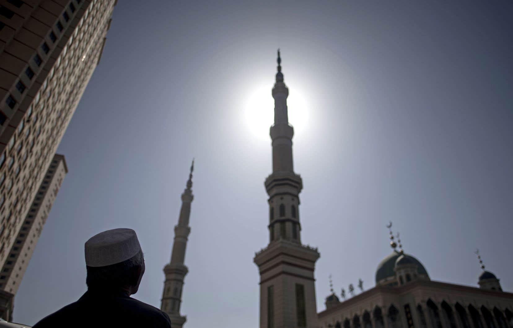 Un homme se tient devant la mosquée Laohuasi après la prière du vendredi, dans la ville de Linxia, en Chine, en mars dernier.