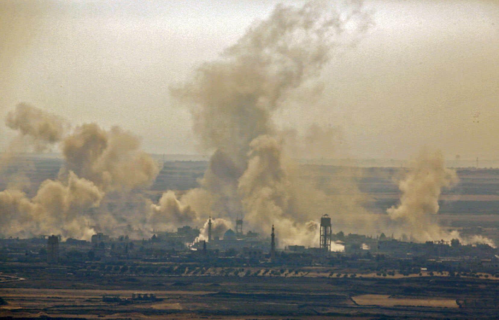 Des panaches de fumée provenant des frappes aériennes syriennes soutenues par la Russie. Photo prise depuis la partie israélienne du plateau du Golan.