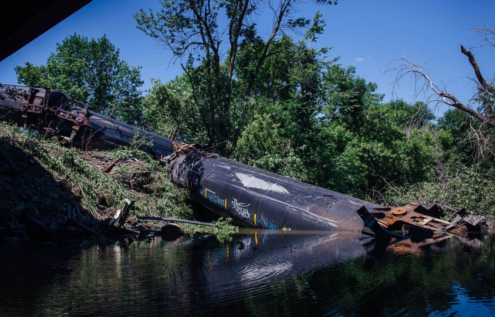 Bien que cinq wagons-citernes transportant du propane aient déraillé, leurs réservoirs sont restés intacts et aucun déversement de matières dangereuses n'a eu lieu.