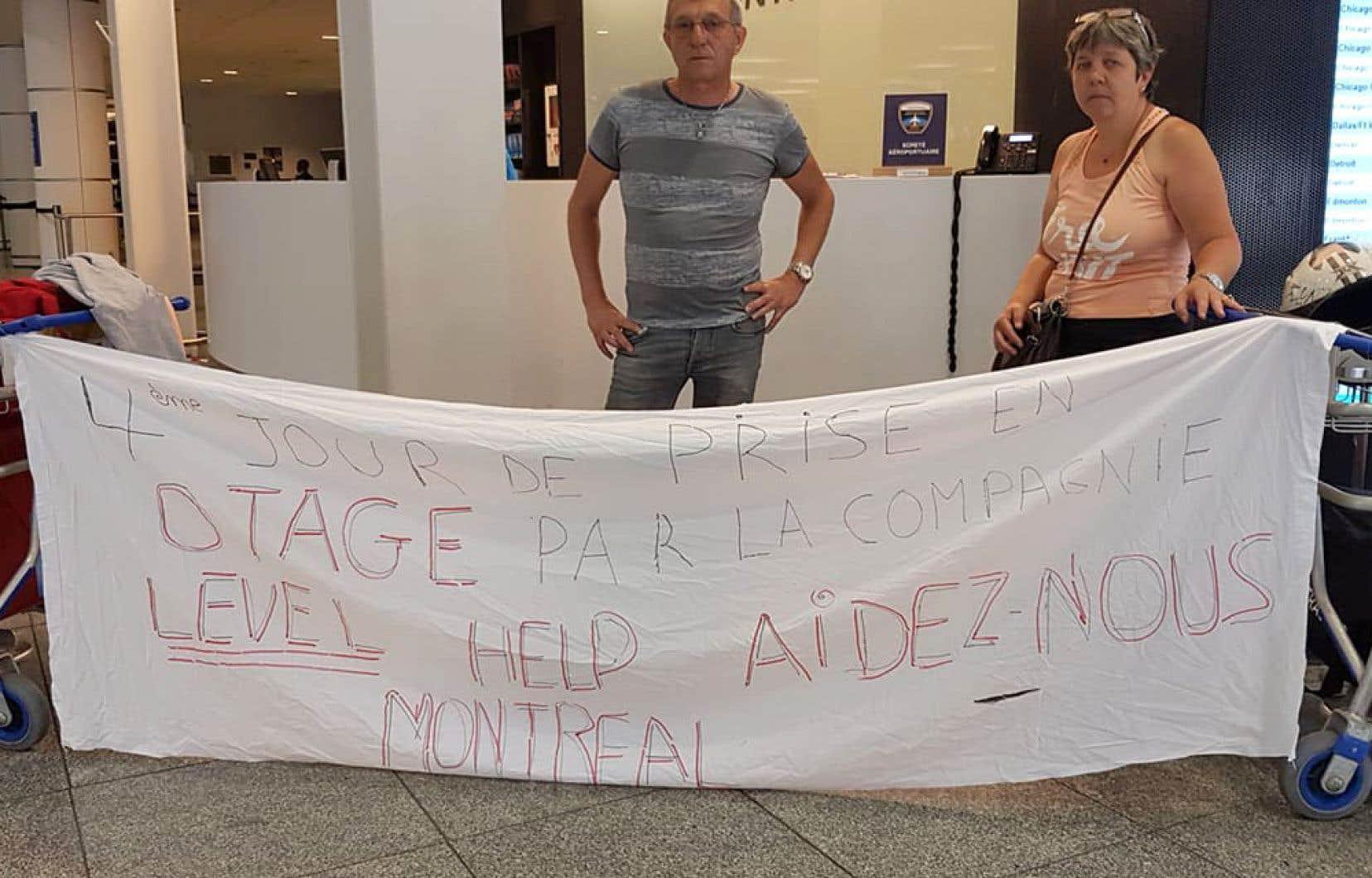 Exaspérés, Rosalie Scholzen et son conjoint Michel Luc ont affiché mardi une bannière dénonçant leur «4ejour de prise d'otages par la compagnie LEVEL» près d'un kiosque d'information de l'aéroport Pierre-Elliott-Trudeau.