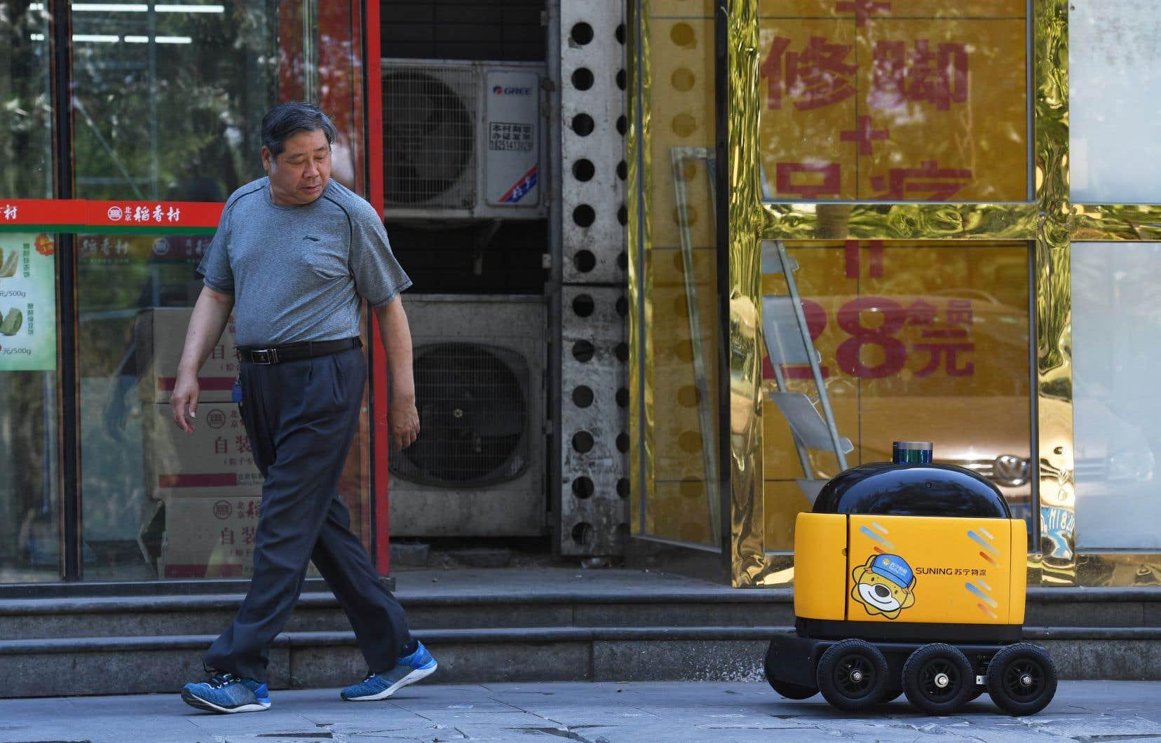 Ce cube jaune et noir est un robot de livraison autonome qui transporte les produits de base quotidiens comme des boissons, des fruits et des collations aux résidents du complexe «Kafka», à Pékin.