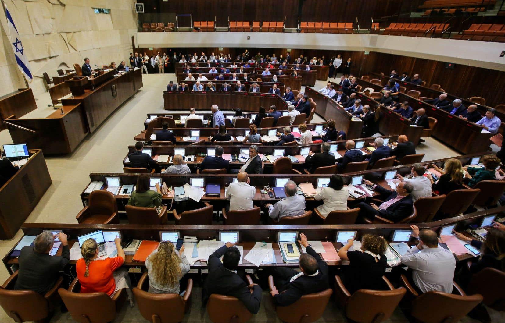La loi labelle «l'État d'Israël comme l'État national du peuple juif où celui-ci applique son droit naturel, culturel, religieux, historique».