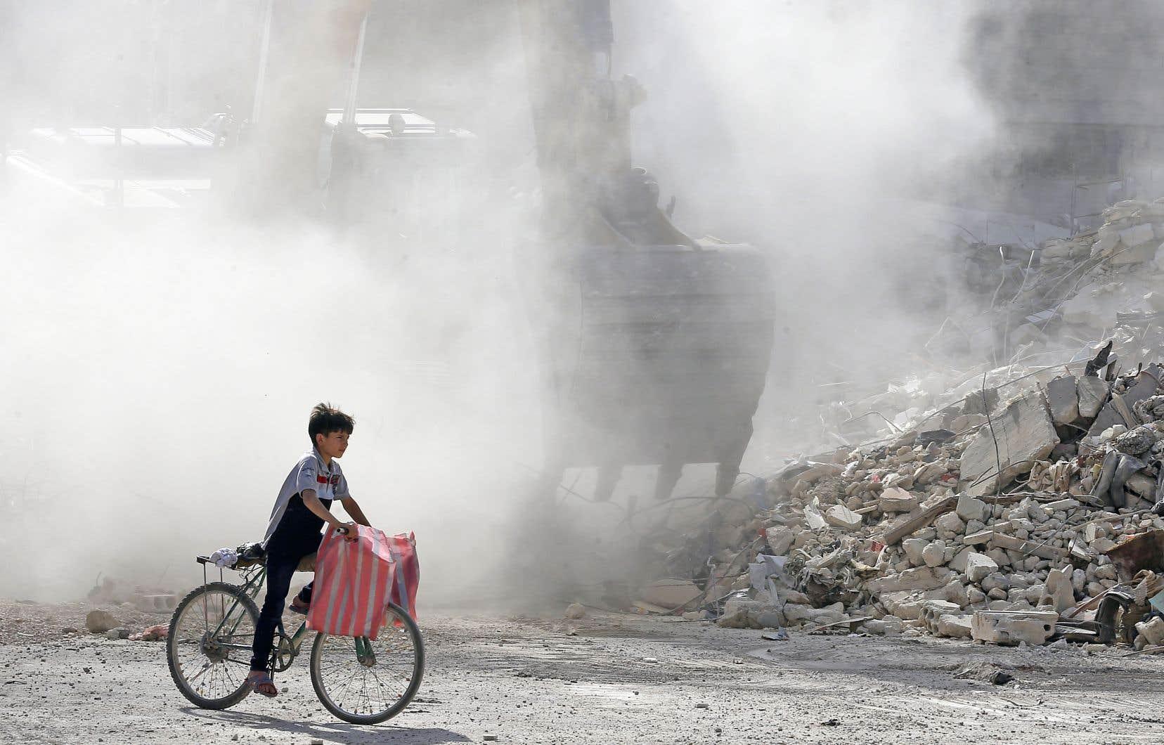 Dans la ville syrienne d'Harasta, bulldozers et camions sont les seuls à rouler. Les enfants zigzaguent entre les monticules de gravats, reliques des bombardements du régime.