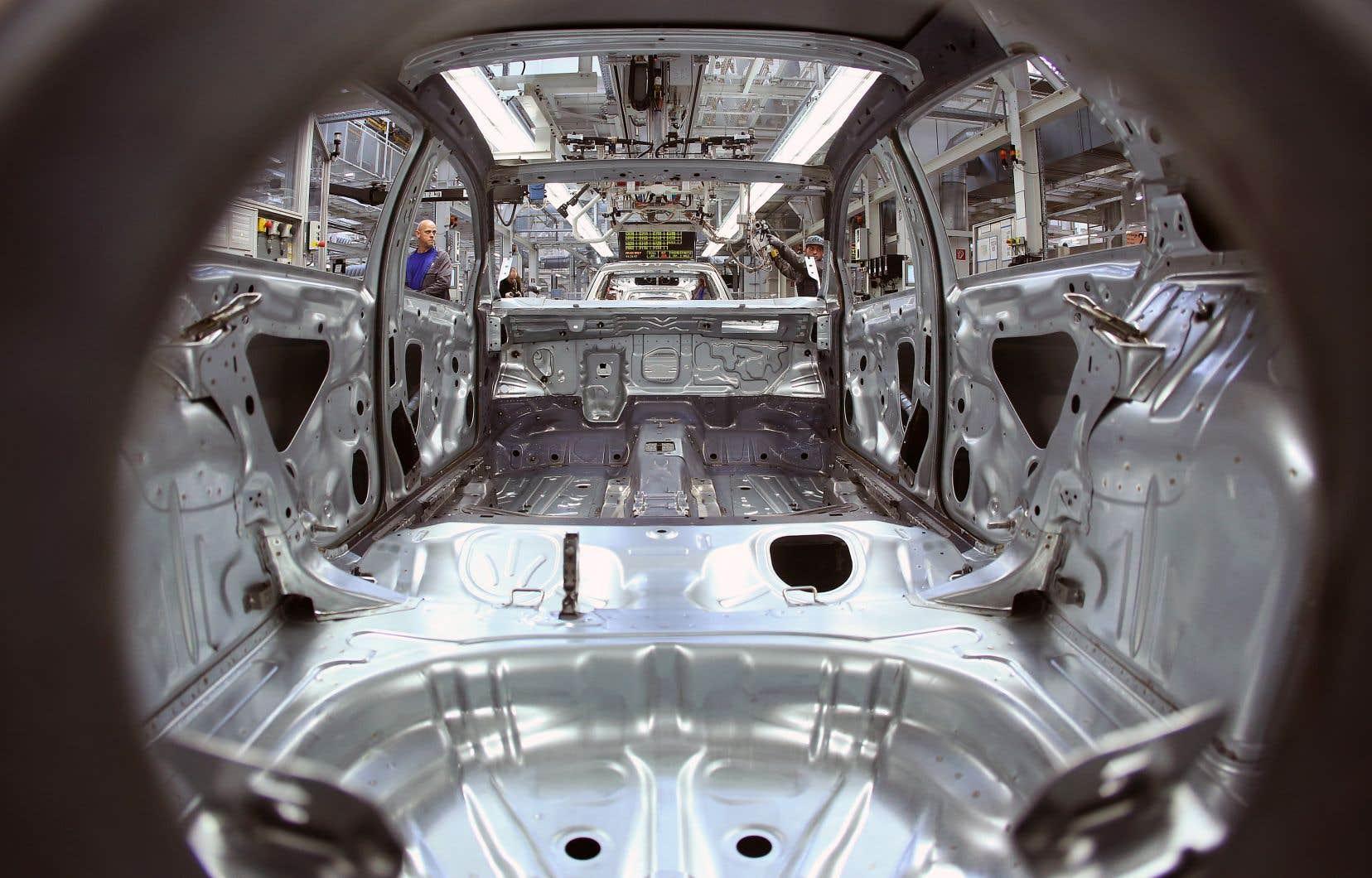 Des employés de Volkswagen travaillent à l'assemblage d'une voiture à l'usine de Wolfsburg, dans le nord de l'Allemagne.