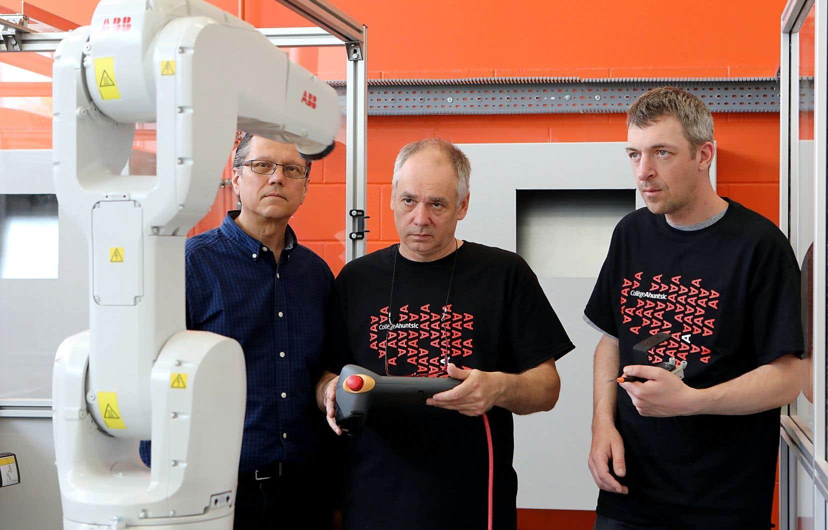 L'enseignant au collège Ahuntsic Benoit Trempe (à gauche) supervise ses étudiants Sylvain Rioux (au centre) et Nicolas Picard (à droite).