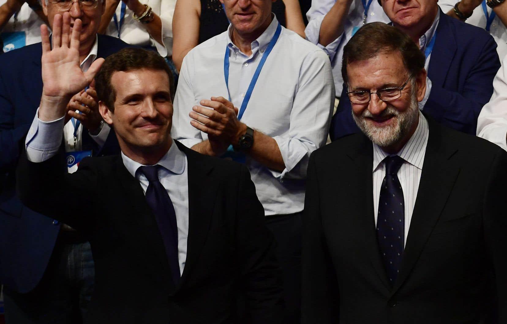 Le député Pablo Casado et son prédécesseur, Mariano Rajoy, samedi à Madrid
