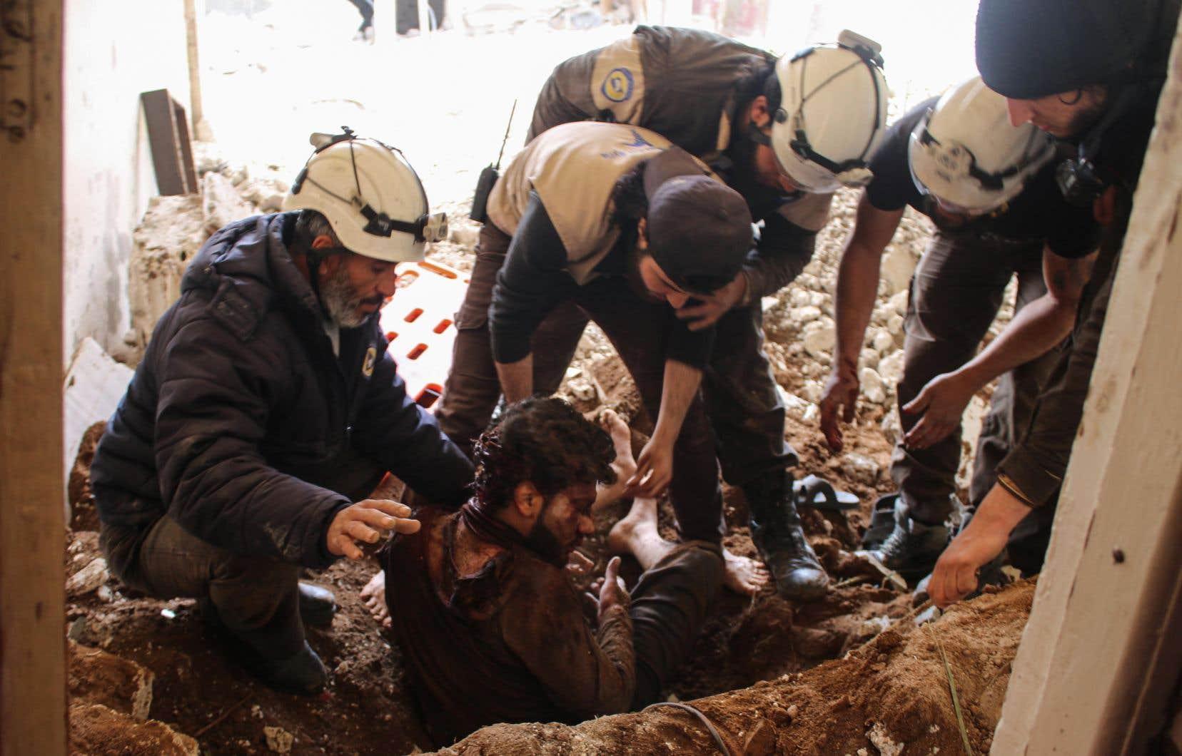 Des Casques blancs retirent un homme des décombres de sa maison après à une attaque aérienne des forces gouvernementales sur une zone tenue par les rebelles dans la ville de Deraa, au sud de la Syrie.