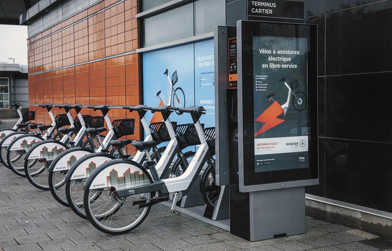 La Société de transport de la Ville de Laval a mis sur pied il y a quelques semaines son propre projet de vélos électriques. Il comprend quatre stations, dont celle-ci à la station de métro Cartier, pour un total de 40 bicyclettes.
