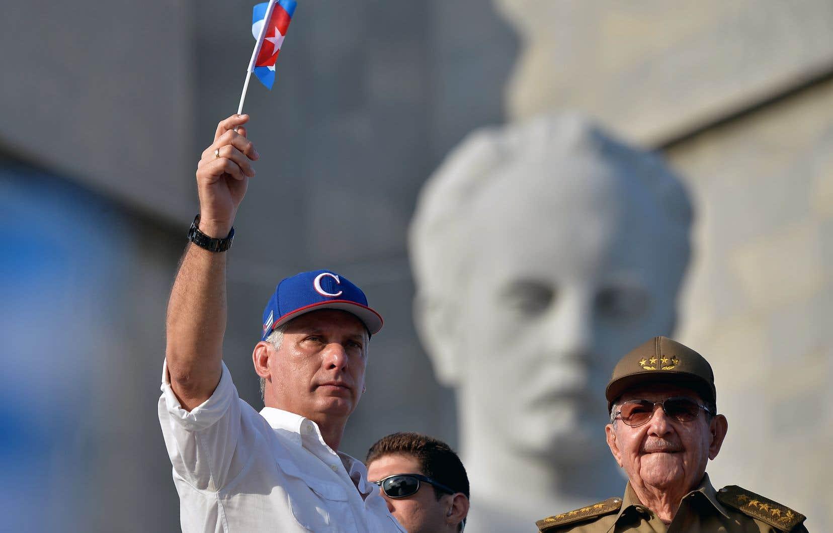 Le nouveau président cubain, Miguel Díaz-Canel, photographié à La Havane le 1er mai dernier. Il a succédé en avril à Raúl Castro (à droite), alors âgé de 87 ans.