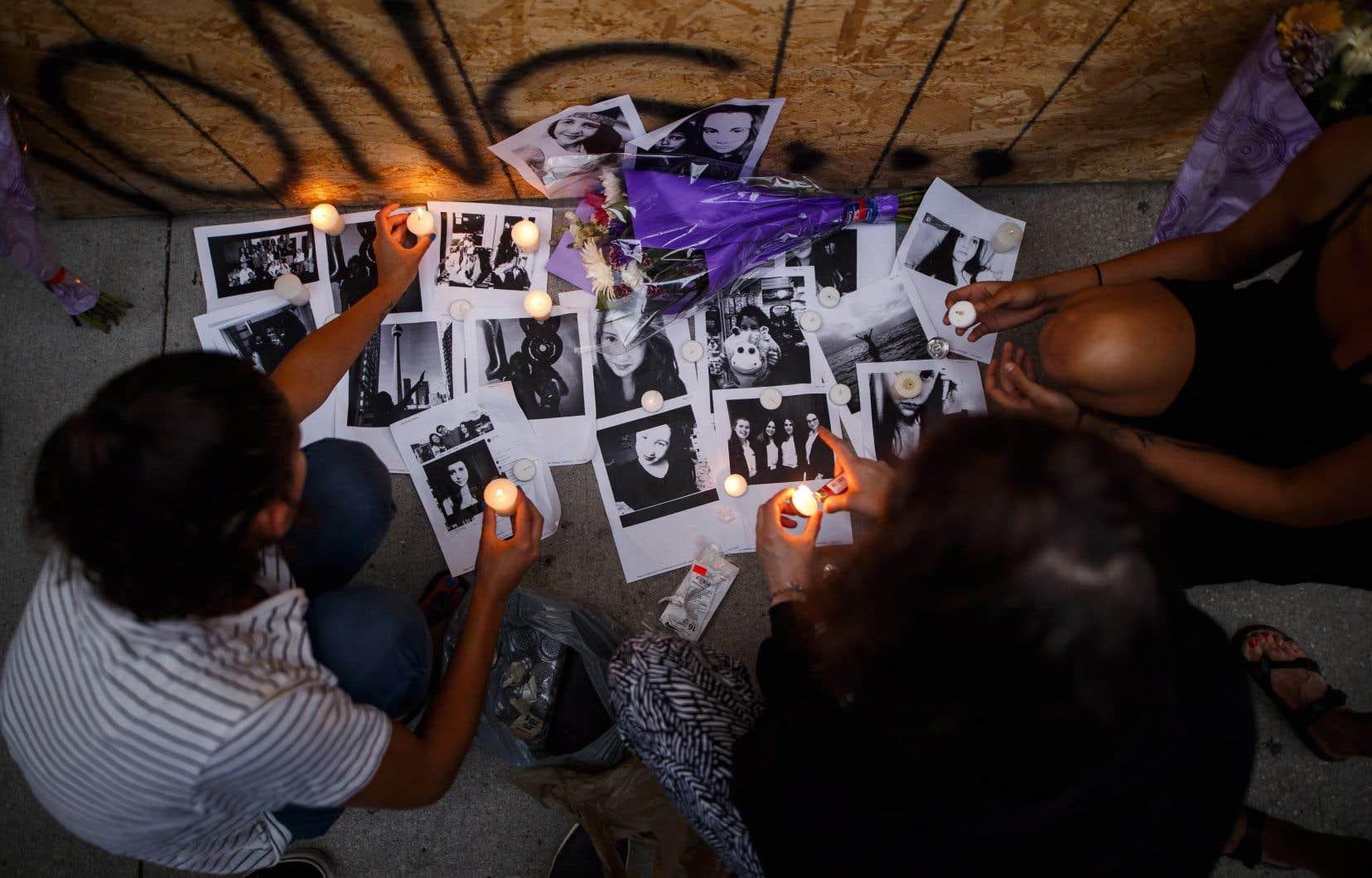 La fusillade a coûté la vie à une femme de 18ans, Reese Fallon, et à une fillette de 10ans dont l'identité n'est pas encore connue; 13 autres personnes ont été blessées.