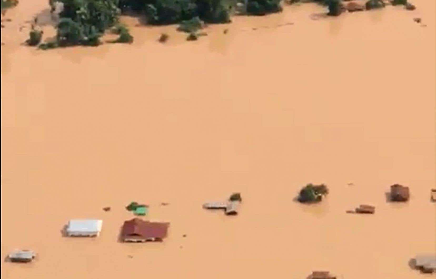 Le barrage s'est effondré lundi soir, libérant cinq milliards de mètres cubes d'eau et faisant «plusieurs morts et des centaines de disparus».