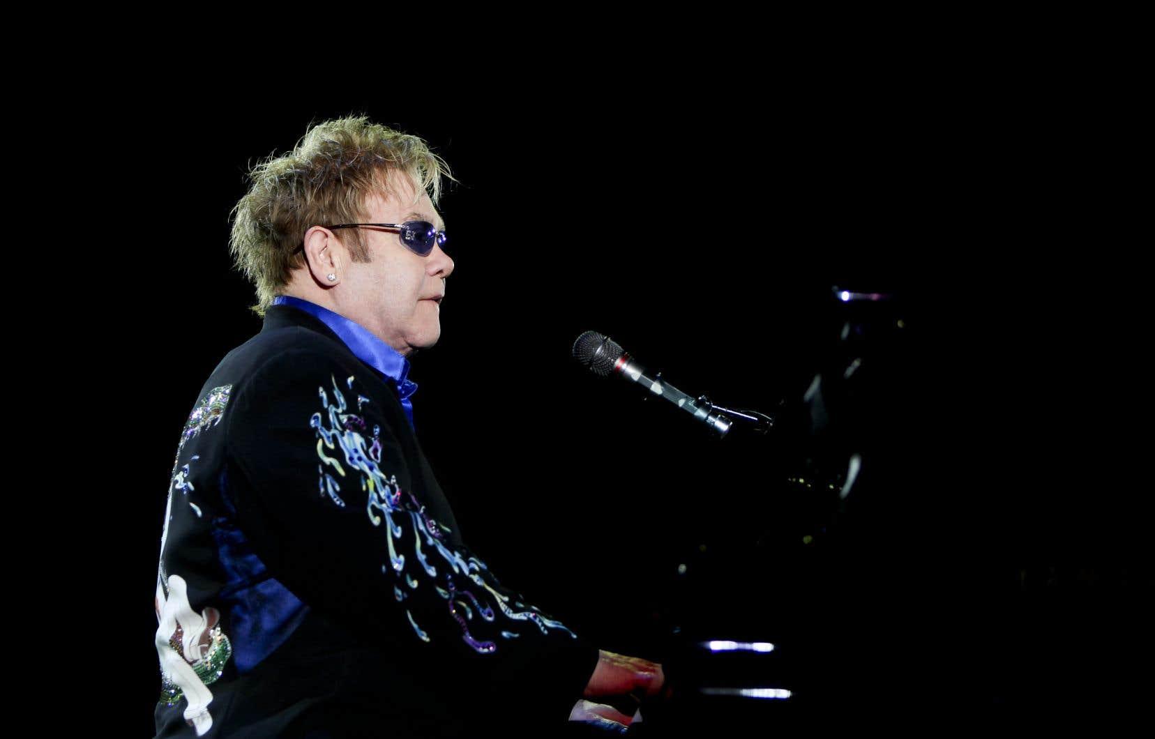 Elton John a jugé indispensable de «travailler avec les gouvernements» en question.